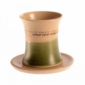 גביע לקידוש מקרמיקה עבודת יד של מיכל בן יוסף.