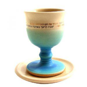 גביע לקידוש מקרמיקה לבן תכלת עבודת יד של מיכל בן יוסף.